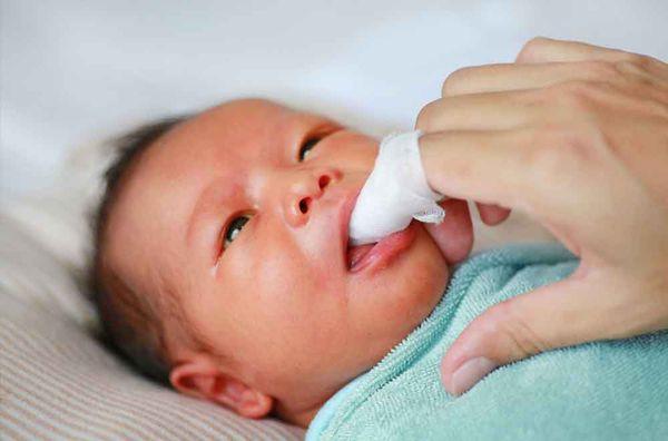 Как чистить первые зубки у детей