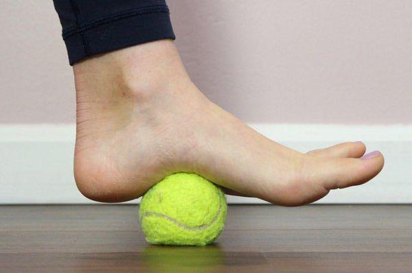 Прокатывание теннисного мяча подошвенной частью стопы